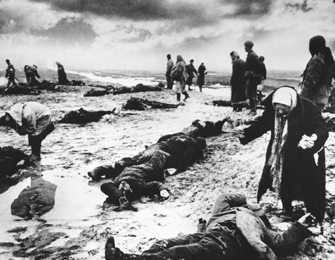 Relatives identify victims of Bagerovsky Ditch massacre near Kerch, January 1942 (Photo: waralbum.ru)