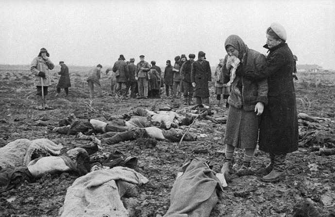 Relatives identify victims of Bagerovsky Ditch massacre near Kerch, January 1942 (RIA Novosti / Ozersky)