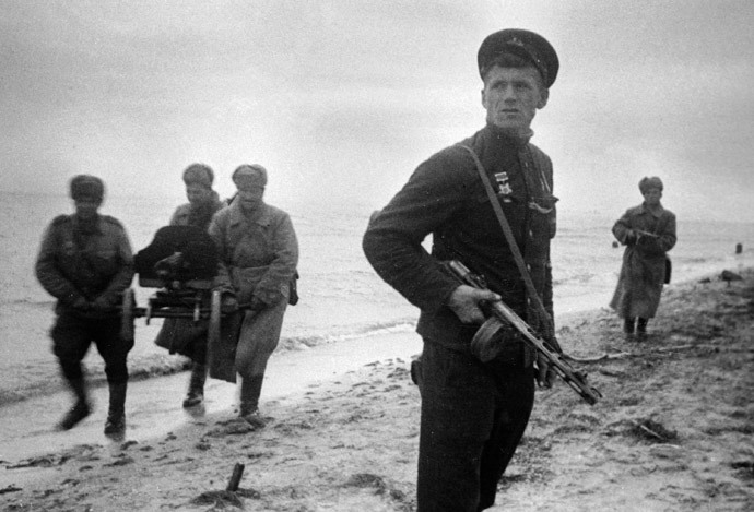 Soviet troops land at the Kerch peninsula, December 1941 (RIA Novosti / Ya. Brodskiy)