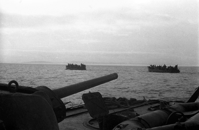 Soviet armored boats with landing troops sail over the Strait of Kerch, 1944 (RIA Novosti / S. Kulishov)