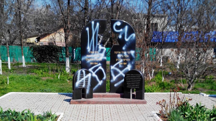 Holocaust memorial vandalized in Odessa, Kiev protesters call to burn WWII hero symbols
