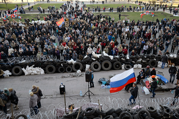 Pro-Russian protesters they gather outside a regional government building in Donetsk, April 8, 2014 (Reuters / Maks Levin)