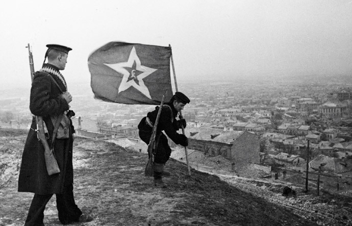 Marines plant Soviet Naval Jack to mark the liberation of the city of Kerch from Nazi German troops, April 1944 (RIA Novosti / Haldei)