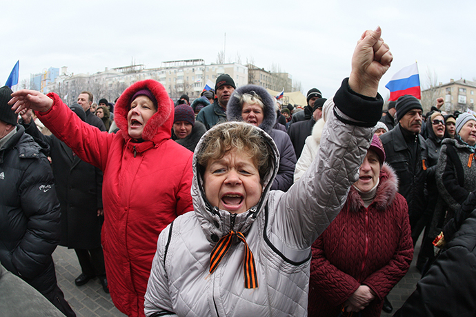 Pro-Russian supporters rally in front a barricade outside the regional state building in the eastern Ukrainian city of Donetsk on April 12, 2014. (AFP Photo / Alexander Khudoteply)