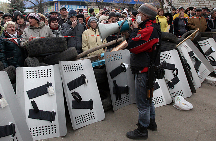 An armed pro-Russian activists addresses supporters gathered in front of a police station in the eastern Ukrainian city of Slavyansk after it was seized by a few dozen gunmen on April 12, 2014. (AFP Photo / Anatoliy Stepanov)