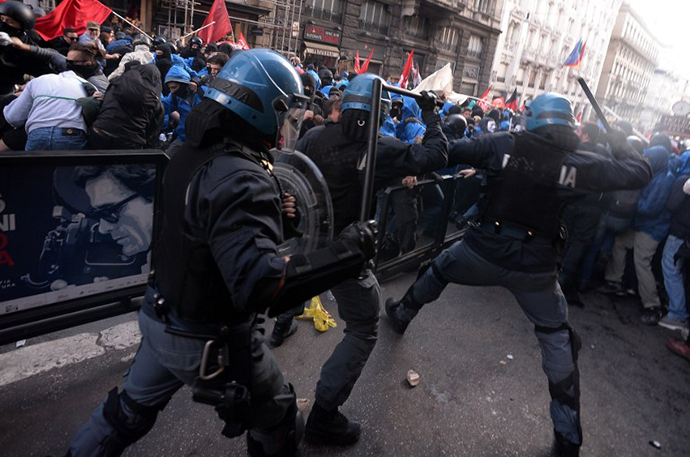 Anti riots policemen clash with protesters as thousands of people demonstrate against Italian government and austerity measures on April, 2014 in Rome. (AFP Photo / Filippo Monteforte)