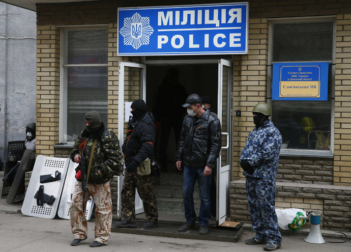 Armed men stand in front of the police headquarters building in Slaviansk, April 12, 2014. (Reuters/Gleb Garanich)