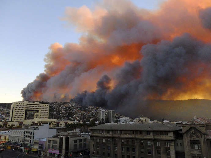 Smoke from a forest fire is seen in Valparaiso city, northwest of Santiago, April 12, 2014. (Reuters/Cesar Pincheira)