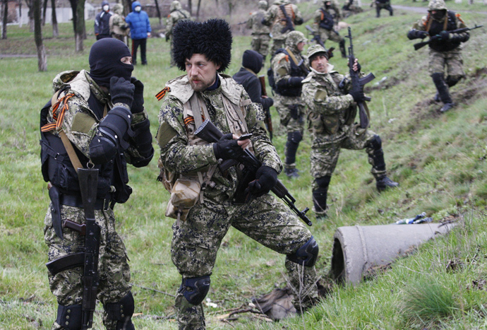 Armed pro-Russia protesters prepare for the battle with Ukrainian police special team on the outskirts the eastern Ukrainian city of Slavyansk on April 13, 2014 (AFP Photo / Anatoly Stepanov)