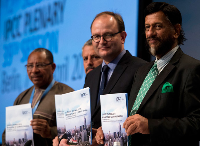 "(L-R)Youba Sakona, Coordinator of the African Climate Policy Centre (ACPC), Cuban climate expert Ramon Pichs Madruga, Ottmar Edenhofer, co-Chair of the IPCC Working Group III and Rajendra Pachauri, Chairman of the Intergovernmental Panel on Climate Change (IPCC)pose with a copy of the IPCC report ""Climate Change 2014, Mitigation of Climate Change"" during a press conference in Berlin on April 13, 2014. (AFP Photo / John Macdougall)"