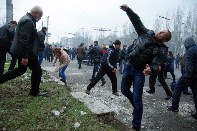 Anti-government protesters throw stones as they storm a regional police building in the eastern Ukrainian city of Horlivka (Gorlovka), near Donetsk, on April 14, 2014. (AFP Photo / Alexey Kravtsov)