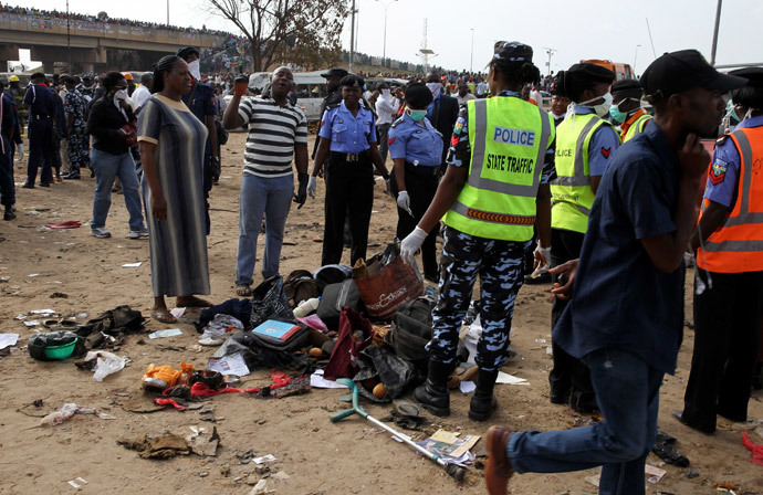 Police officers gather the belongings of victims at the scene of a bomb explosion at Nyanyan, in Abuja April 14, 2014. (Reuters / Afolabi Sotunde)