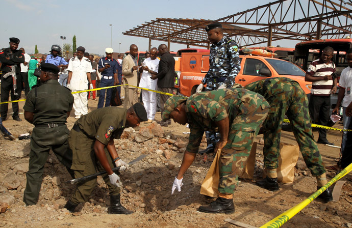 Bomb experts gather evidence at the scene of a bomb blast at Nyanyan in Abuja April 14, 2014. (Reuters / Afolabi Sotunde)