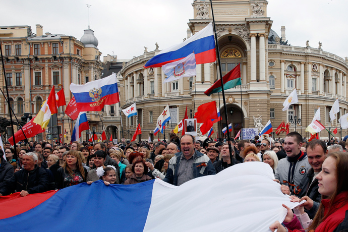 Pro-Russian demonstrators hold a huge Russian national flag as they take part in a rally in the Black Sea port of Odessa, April 10, 2014 (Reuters / Yevgeny Volokin)