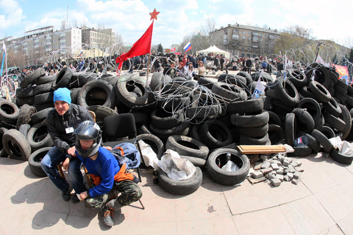 Anti-government activists guard a barricade outside the regional state building in the eastern Ukrainian city of Donetsk on April 15, 2014. (AFP Photo / Alexander Khudoteply)