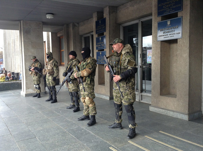 Supporters of a referendum on transforming Ukraine into a federation at the entrance to the building of the Slavyansk City Administration in the Donetsk Region. (RIA Novosti)