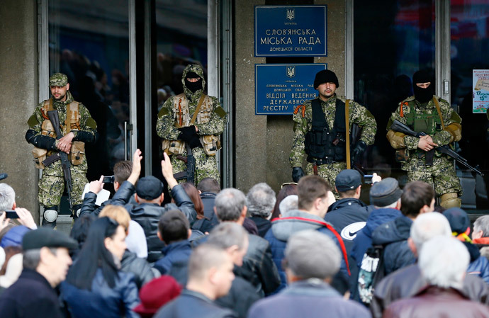 Anti-government armed men stand guard as pro-Russian supporters gather outside the mayor's office in Slaviansk April 14, 2014. (Reuters / Gleb Garanich)