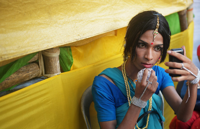An Indian transgender dancer (AFP Photo / Dibyangshu Sarkar)