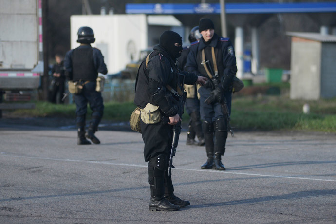 Ukrainian troops stand guard at a checkpoint near the city of Izium in the Kharkiv region of east Ukraine April 15, 2014. (Reuters / Maks Levin)