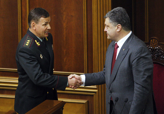Ukrainian President Petro Poroshenko (R) congratulates Ukraine's new Defence minister Valeriy Geletey after the parliement approved his appointment in parliament in Kiev on July 3, 2014. (AFP Photo / Anatoliy Stepanov)