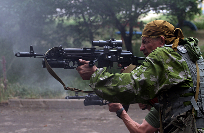 Anti-goverment militants fire from a residential area at Ukrainian border guards defending the Federal Border Headquarters in Lugansk, eastern Ukraine, on June 2, 2014 (AFP Photo / Sergey Gapon)