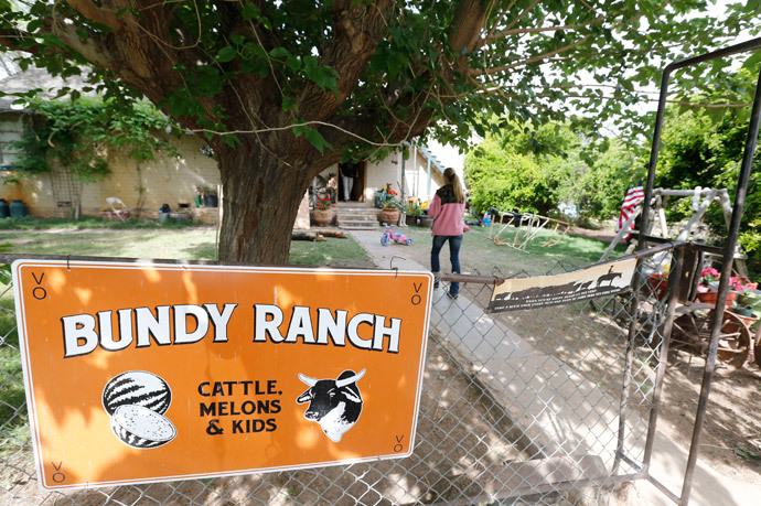 People mill around the outside of rancher Cliven Bundy ranch house (George Frey / Getty Images / AFP Photo)