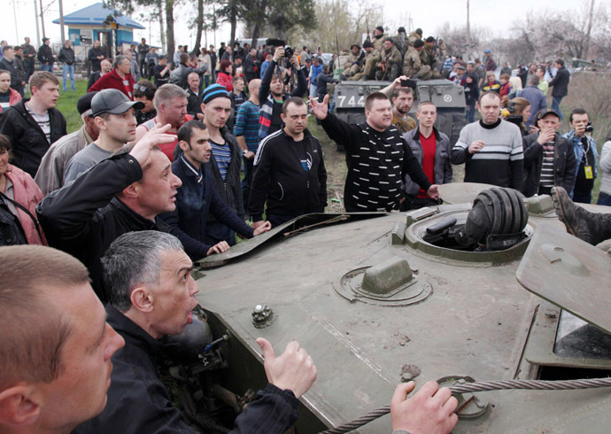 Anti-government activists block a collumn of Ukrainian men riding on Armoured Personnel Carriers in the eastern Ukrainian city of Kramatorsk on April 16, 2014. (AFP Photo/Anatoly Stepanov)
