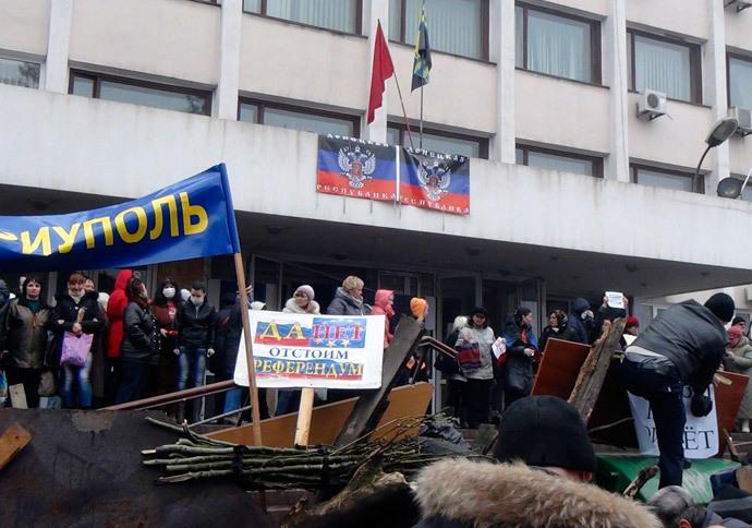 Mariupol, April 13, 2014.(Reuters / Stringer)