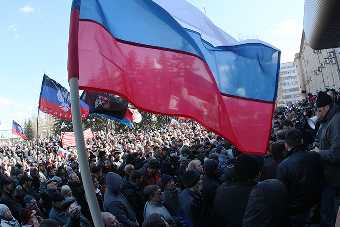Demonstrators wave Russian flags during a rally of pro-Russia supporters outside the regional government administration building in the center of the eastern Ukrainian city of Donetsk during on April 5, 2014 (AFP Photo / Alexander Khudoteply)