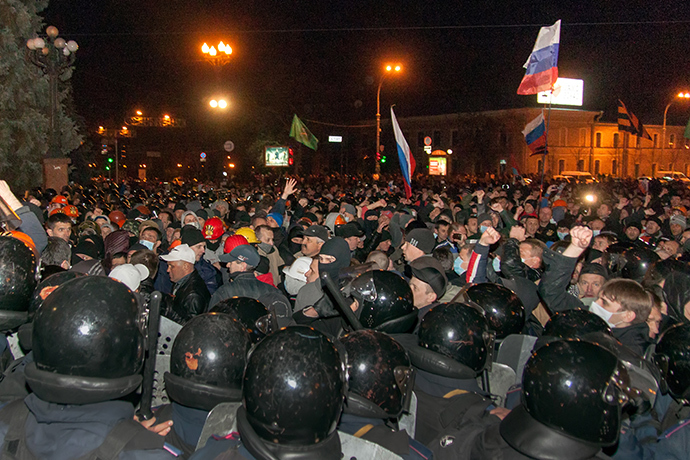 Pro-Russian protesters, some holding Russian national flags, storm regional administration building in the eastern Ukrainian city of Kharkiv on April 6, 2014 (AFP Photo / Sergey Bobok)