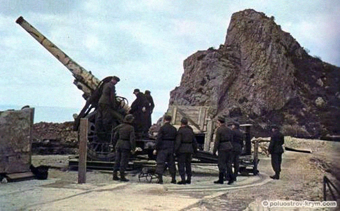 Soviet coastal battery #19 near Balaklava in 1942 (From www.poluostrov-krym.com)