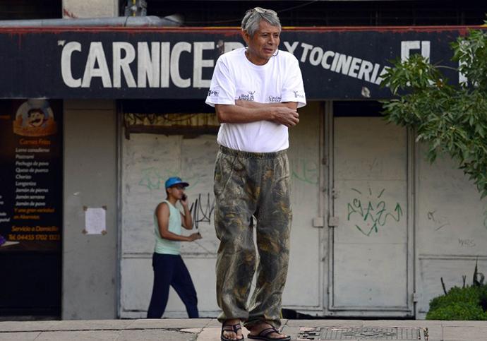 A man evacuates his house after a strong earthquake rattled Mexico City on April 18 , 2014. (AFP Photo / Alfredo Estrella)