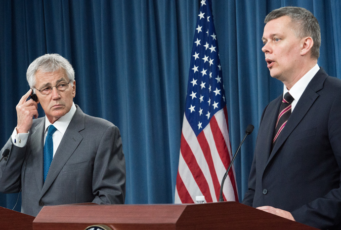 US Secretary of Defense Chuck Hagel(L) and Poland's Minister of National Defense Tomasz Siemoniak(R) conduct a press conference April 17, 2014 (AFP Photo / Paul J. Richards)