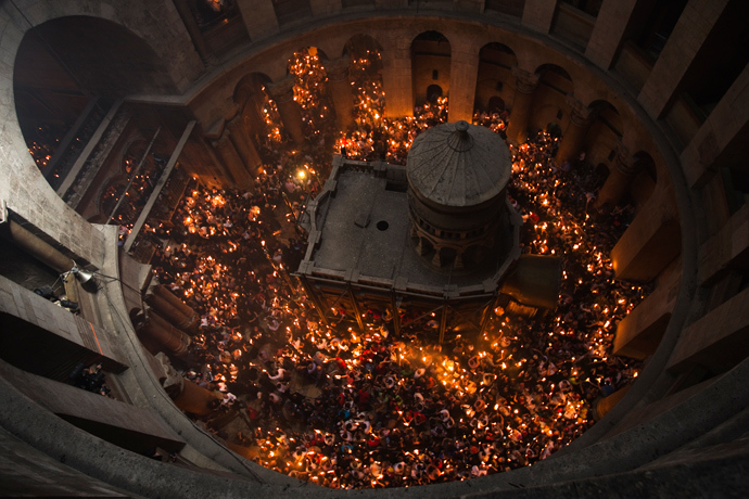 Worshippers hold candles as they take part in the Christian Orthodox Holy Fire ceremony at the Church of the Holy Sepulchre in Jerusalem's Old City April 19, 2014 (Reuters / Amir Cohen)