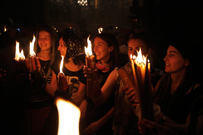 Worshippers hold candles as they take part in the Christian Orthodox Holy Fire ceremony at the Church of the Holy Sepulchre in Jerusalem's Old City, April 19, 2014 (Reuters / Finbarr O'Reilly)