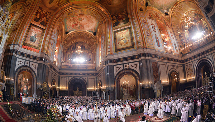 Russian priests hold a ceremony celebrating Easter in the Cathedral of Christ the Saviour in Moscow early on April 20, 2014. (AFP Photo / Alexander Nemenov)