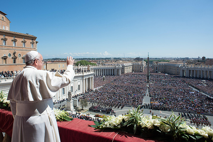 "Pope Francis delivering the traditional ""Urbi et Orbi"" blessing for Rome and the world from the balcony of St Peter's basilica during Easter celebrations at St Peter's square in Vatican on April 20, 2014. (AFP Photo / Osservatore Romano)"