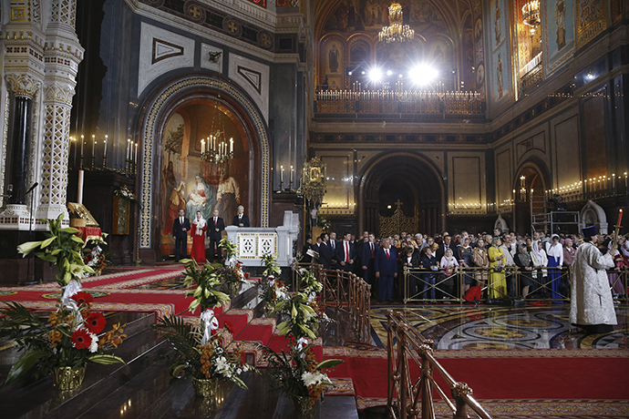 Russian President Vladimir Putin (3rd L), Prime Minister Dmitry Medvedev (L), Medvedev's wife Svetlana (2nd L) and Moscow Mayor Sergei Sobyanin (4th L) attend an Orthodox Easter service in the Christ the Saviour Cathedral in Moscow April 20, 2014. (Reuters / Dmitry Astakhov)