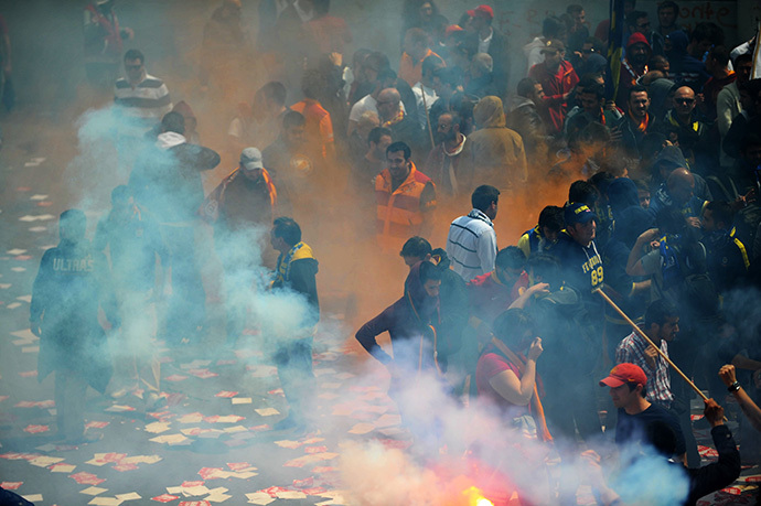 Galatasaray, Fenerbahce and Besiktas protest against a new system of e-tickets on April 20, 2014, on Istiklal Avenue in Istanbul. (AFP Photo / Ozan Kose)