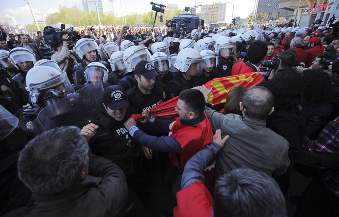 Members of labour unions scuffle with riot police during a protest against the government ban of May Day gathering in Taksim square in central Istanbul April 21, 2014. (Reuters)