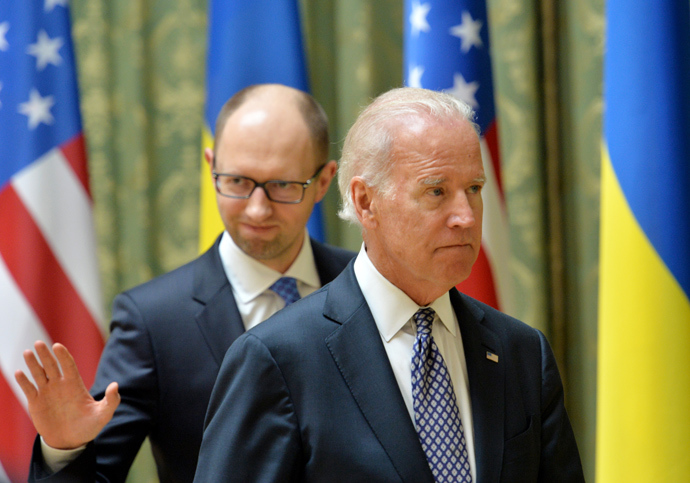 US Vice President Joe Biden (R) and Ukraine's acting Prime Minister Arseniy Yatsenyuk leave after a joint press conference in Kiev on April 22, 2014 (AFP Photo / Sergey Supinsky)