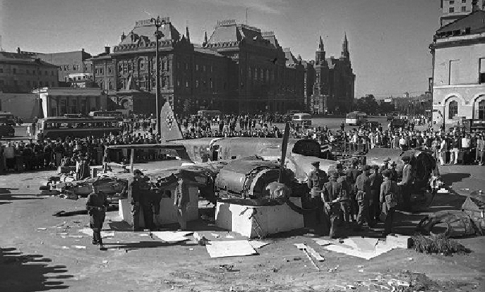 Downed Junkers bomber brought to downtown Moscow. (Image from timemislead.com)