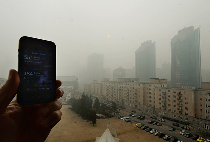 A cellphone shows the US Embassy pollution index reading of 551, which is extremely hazardous, and the Chinese government reading of 484, as heavy air pollution continues to shroud Beijing (AFP Photo / Mark Ralston)
