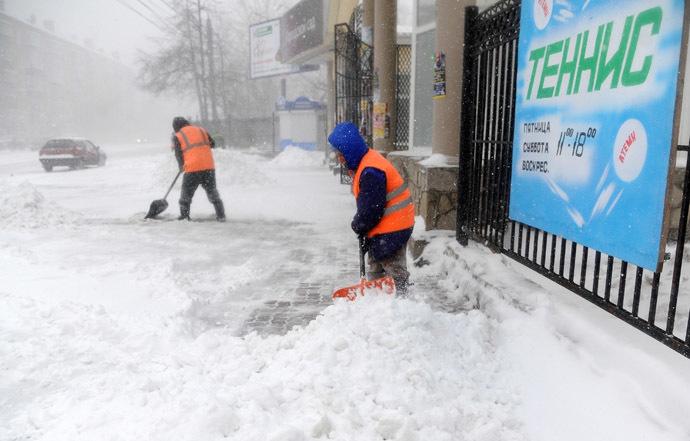 Shoveling snow on a Chelyabinsk street. (RIA Novosti/Aleksandr Kondratuk)