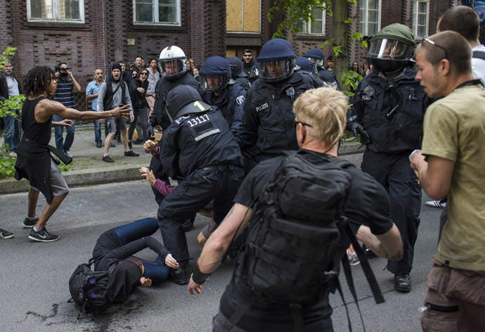 Policemen scuffle with anti fascist protesters while trying to detain a protester as activists from the far right party NPD march across the Jannowitz bridge in Berlin on April 26, 2014. (AFP Photo/Odd Andersen)