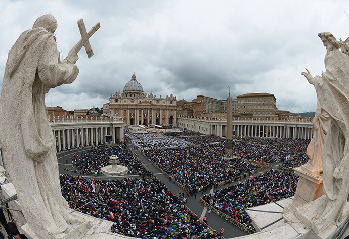 General view of the crowd gathered for the canonisation mass of Popes John XXIII and John Paul II on St Peter's square at the Vatican on April 27, 2014. (AFP Photo / Vincenzo Pinto)