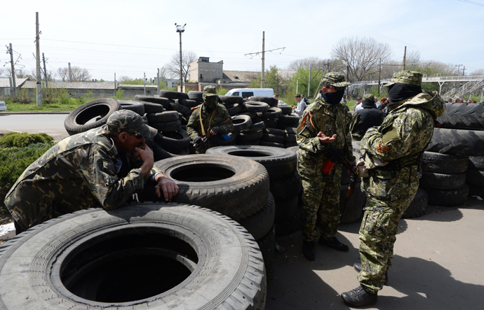 Self-defense members near barricades made of car tires near the building of city council in Konstantinovka in Donetsk Region. (RIA Novosti / Mikhail Voskresensky)