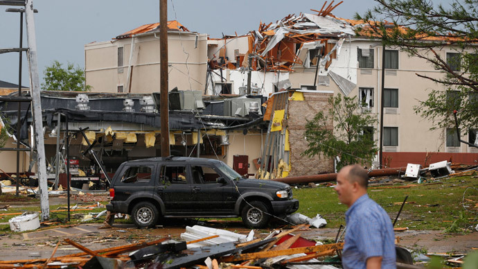 Large tornadoes sweep across Mississippi causing deaths and major damage