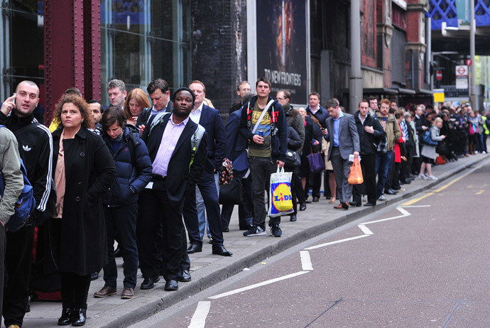Commuters form long queues for buses outside Waterloo Station in London, on April 29, 2014, as a planned 48 hour underground train strike came into effect late Monday night. (AFP Photo / Carl Court)
