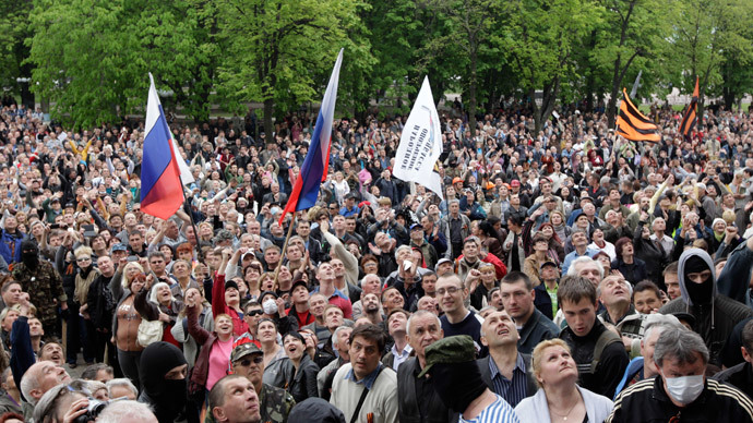 Hundreds surround Int. Ministry HQ in Lugansk, demand police surrender